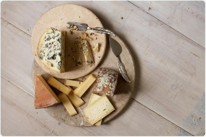 Cheese-ripening bacteria respond to volatile gases produced by fungi